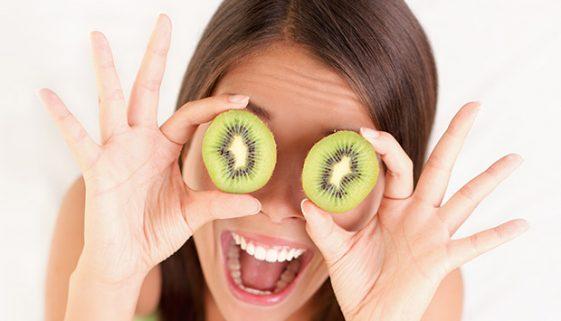 Vijf voedingsmiddelen die je voor een betere gezondheid van het oog in je dieet kunt opnemen